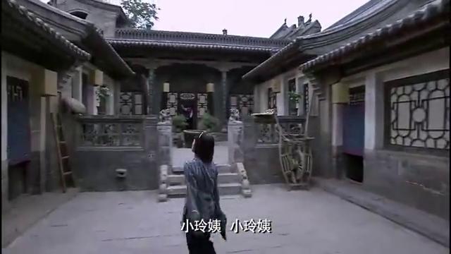 铁梨花:看到雅琴爬梯子翻墙,吓的张吉安急忙开门,放她出去