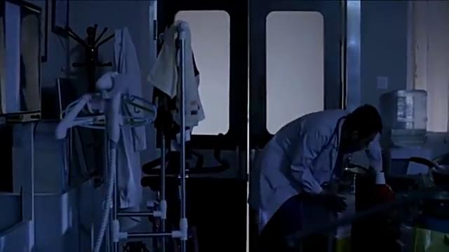 急诊主任回办公室一开灯,傻了,这是杂货铺,还是办公室?