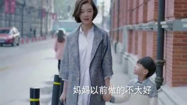 美女看见老公跟别人逛街,装作不认识去打招呼,儿子的表情亮了