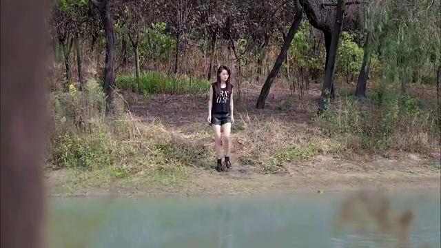 姑娘不小心失足落水,小伙奋不顾身下水营救,哪料姑娘是在拍戏