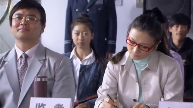 女儿丢了准考证不让考试,袖珍女求校长通融,不料却被保安赶出来