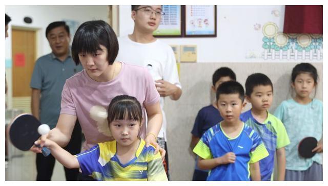 国乒世界第一迎来新身份!陈梦手捧鲜花笑开颜,秦志戬回家乡教球