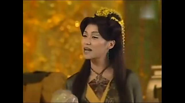 女妖精用七情六欲石迷惑唐僧,唐三藏定力很强,毫无办法