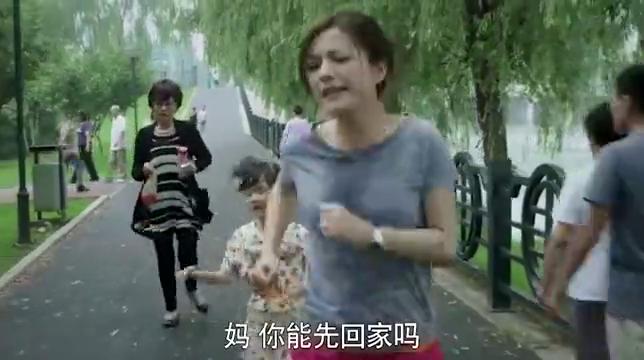 虎妈猫爸:美女带女儿跑步锻炼身体,奶奶溺爱孩子,强行带她回家