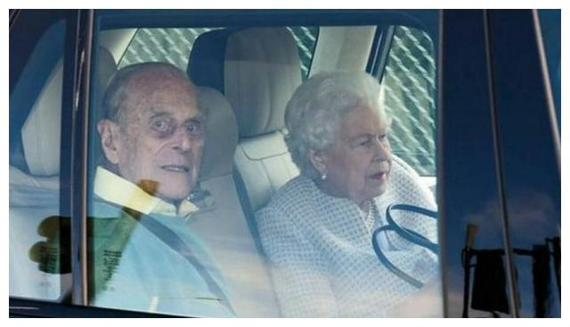 英国女王夫妇度假了,98岁菲利普亲王面容铁青紫红,健康令人堪忧