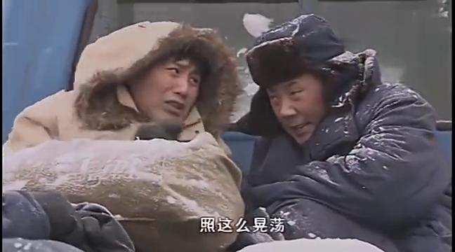 二叔:回家过年,没买到火车票,坐在卡车顶上,二叔冻的直哆嗦