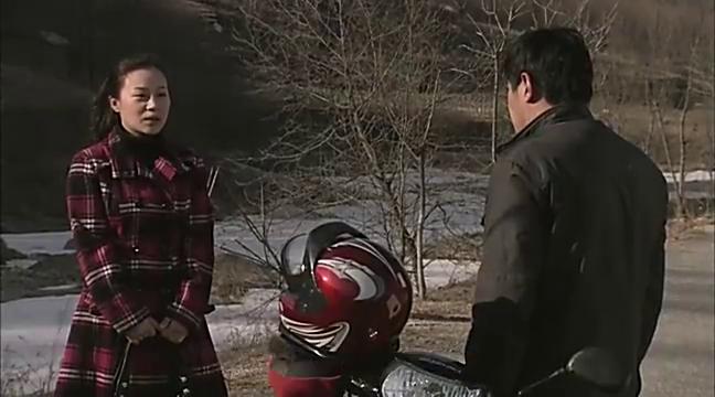 因为摩托车故障而办不了离婚的大贵,一气之下踢向摩托车