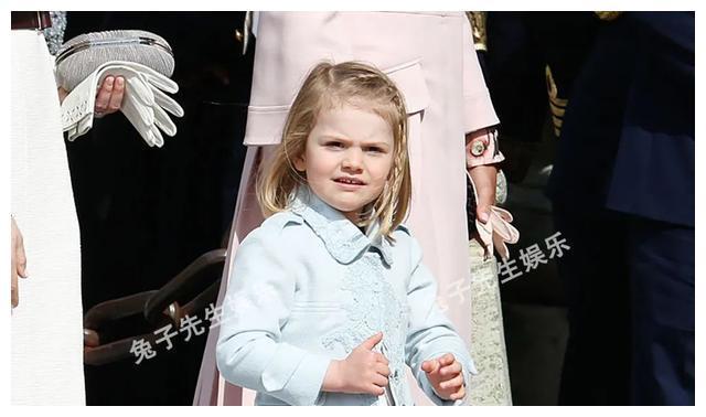 """瑞典小公主难得乖巧一次,对镜头""""比心""""太甜,吐出舌头萌翻了!"""