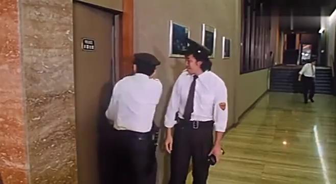 电视节目不好看,胖保安打算要换个台,结果发生了怪事