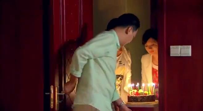 同父异母的姐妹相认,一起给父亲过生日,一家人其乐融融