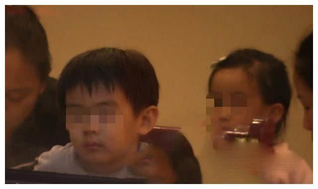 张雨绮3岁龙凤胎罕见曝光!浓眉大眼基因好,母子同场却视频通话