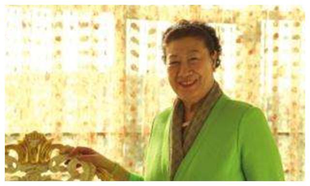 55岁创业,靠易拉罐发家,求红牛合作,现中国饮料公司都离不开她