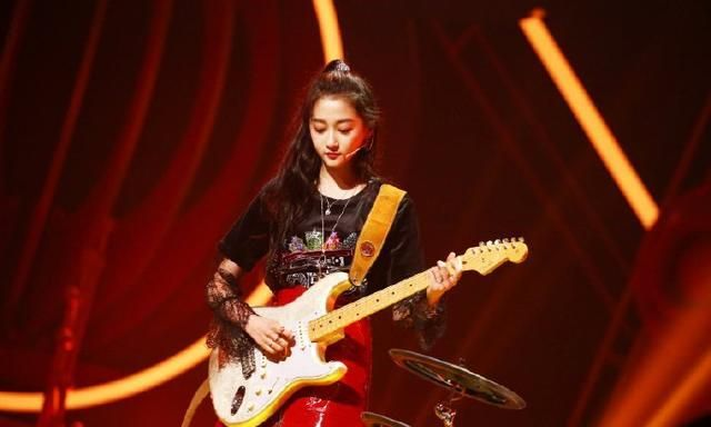 关晓彤穿蕾丝拼接短T搭正红皮裙,摇滚动感,是风格多变的酷girl