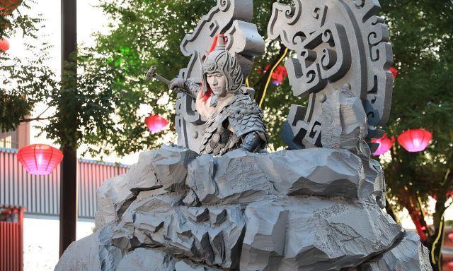 """""""石头哥""""身着武将盔甲来到西安大唐不夜城 表演用锤子砸錾子"""