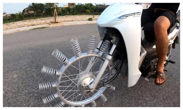 印度小哥把25根弹簧装在车轮上,用力拧下油门后,立马怀疑人生!