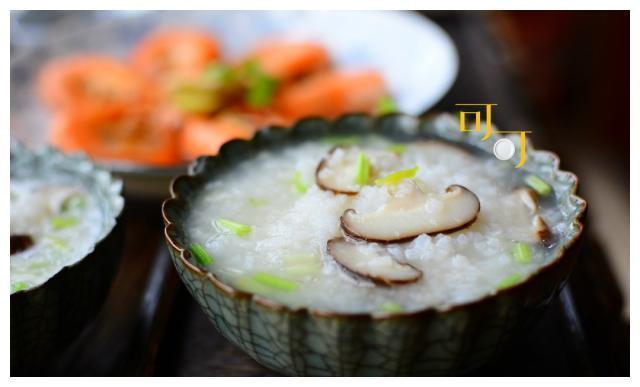 秋天多喝点粥防秋燥,一锅煮出香菇粥和白灼虾,味道真鲜美