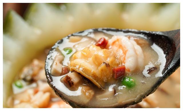 天冷了,试试海鲜冬瓜盅吧!浓郁稠软鲜美异常,胃满了,心也热了