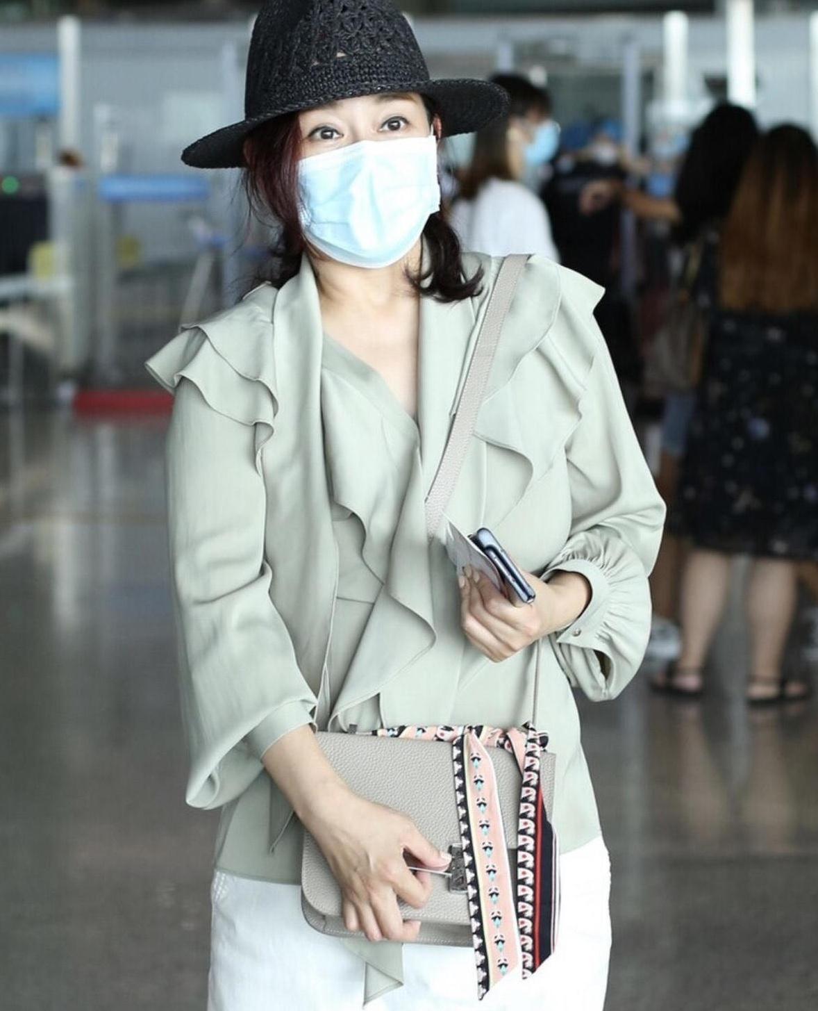 陈松伶美出新高度,穿卡其色衬衫配半身裙走机场,身材圆润更韵味