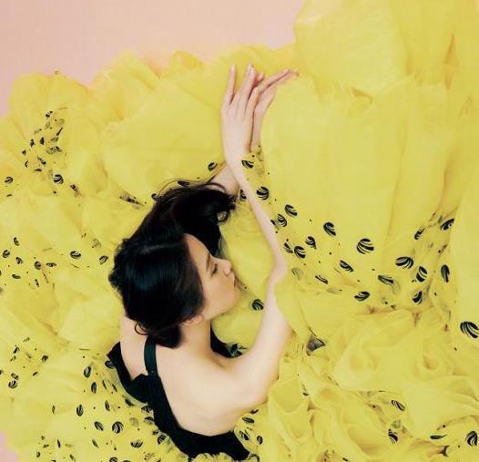 刘诗诗身材纤细没赘肉,姜黄色衬衫配阔腿裤,模样优雅知性惹人爱