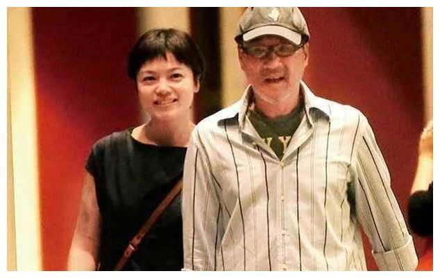 62岁歌手李宗盛三婚甜蜜,与小27岁爱妻逛古董店,十指紧扣心情佳