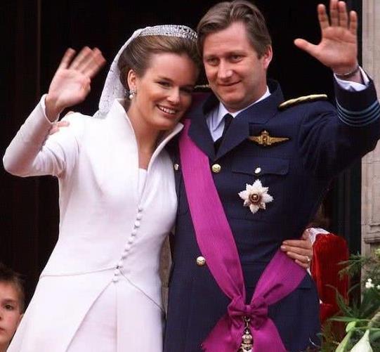 比利时王后与小公主同框,一位穿蓝色清新减龄一位穿红色美成焦点
