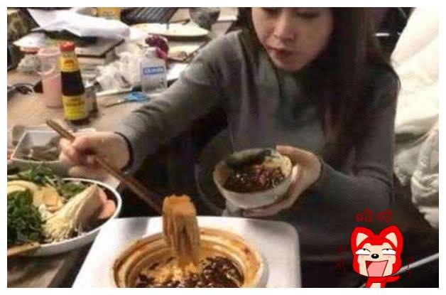 """大学宿舍做饭最高级形式,""""熨斗烤肉""""是人才,别被辅导员发现"""