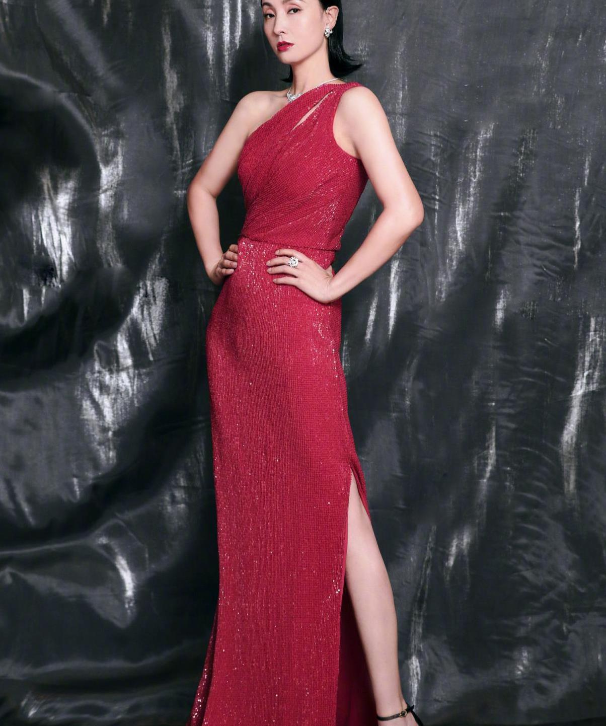 陶虹吃了防腐剂?斜肩水钻礼裙优雅又显高级,丰满身材太有韵味