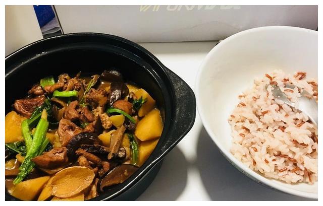今日菜谱:大叔教你黄焖鸡米饭,香气扑鼻,口感爽滑,家人爱吃!