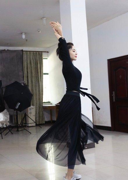 古力娜扎为新剧练舞,裙摆摇曳纤手轻旋绝美