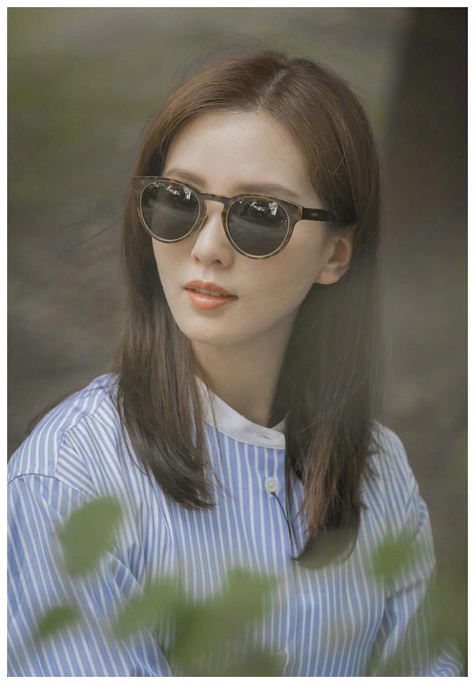 刘诗诗变时尚女郎街头拍美照,墨镜遮面又酷又飒,巴掌脸太抢镜