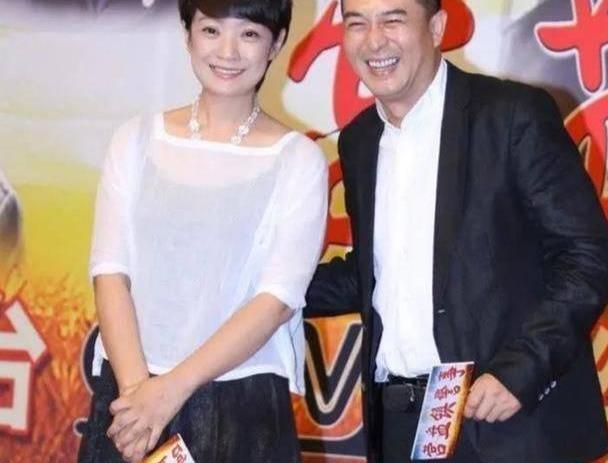 张嘉译老婆服老不扮嫩,白衣配黑裙气质优雅,50岁中国大妈该学学