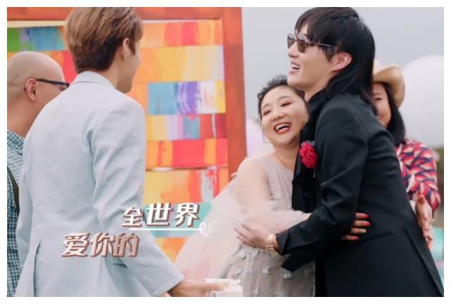 何雯娜穿白色婚纱办婚礼,刘泳希传统婚服,林丽吟的造型就厉害了
