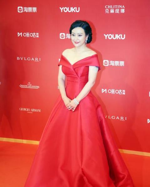 郝蕾穿红裙尽显好气质,虽是中年也是风韵犹存,微胖身材很迷人