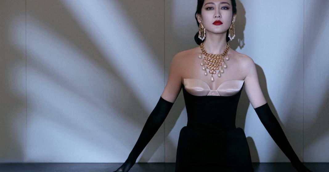 """王鸥终于""""放开""""一回,穿抹胸露肩装秀曲线,简直不要太火辣"""