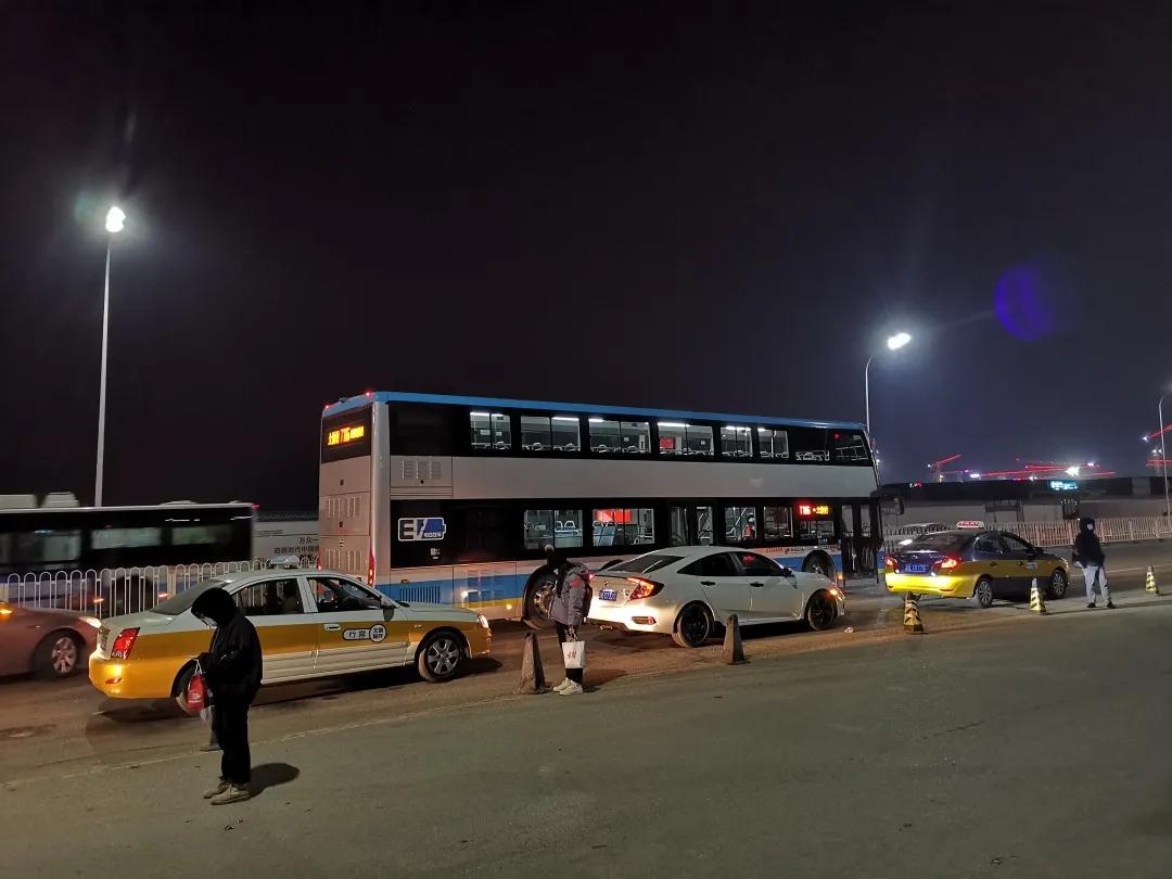 北京通州:这里的黑车占道揽客,公交车进站成难题