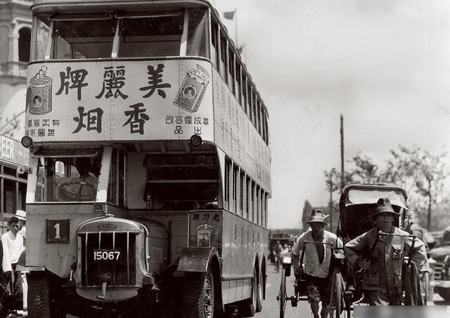 老照片:攻占上海复旦大学的日寇部队,洋人观看中国古代的刑罚
