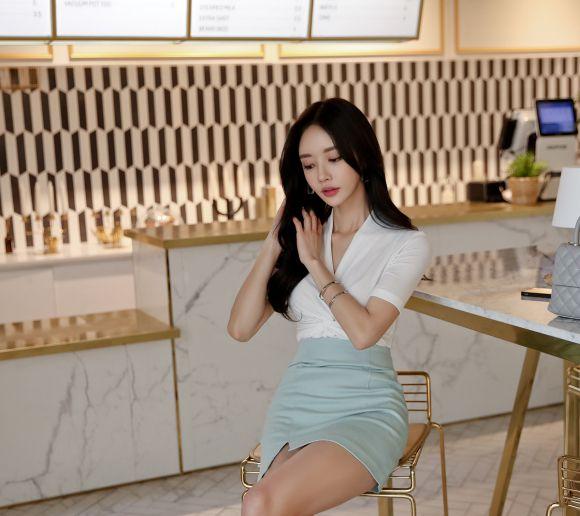 韩国美女模特孙允珠高清美图:淡瓷青釉海螺旋纹时尚职业裙