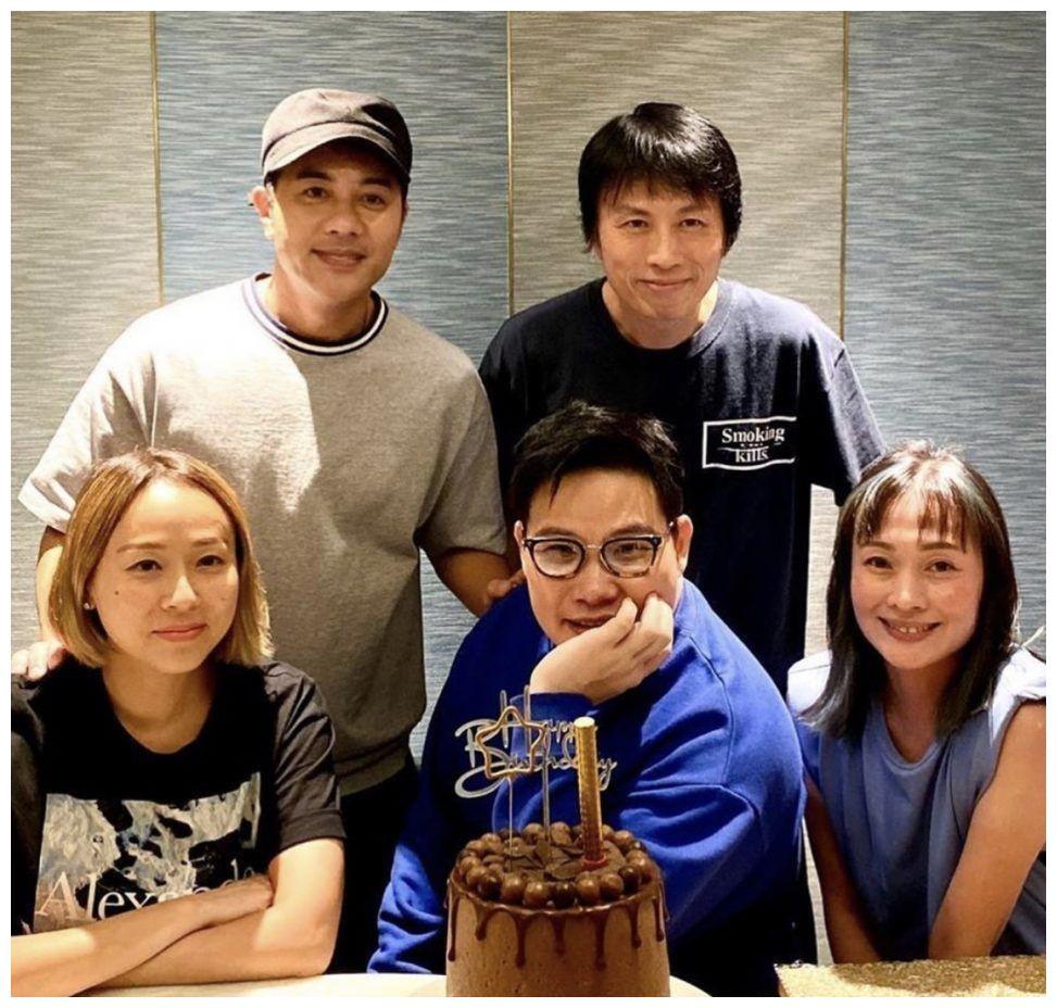 53岁苏永康携儿子度假,3岁儿子近照如饼印,老来得子感慨多