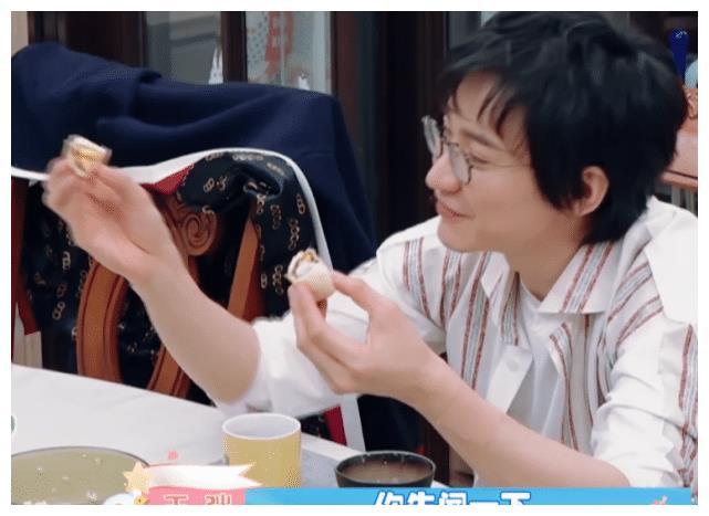 刘璇军事化教育儿子,王弢总拆台,用美食引雄赳赳犯错,笑出猪叫