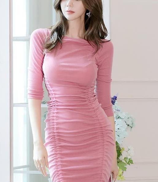 富有女人味的玫红色修身连衣裙,抽绳的设计让裙身长度自由控制
