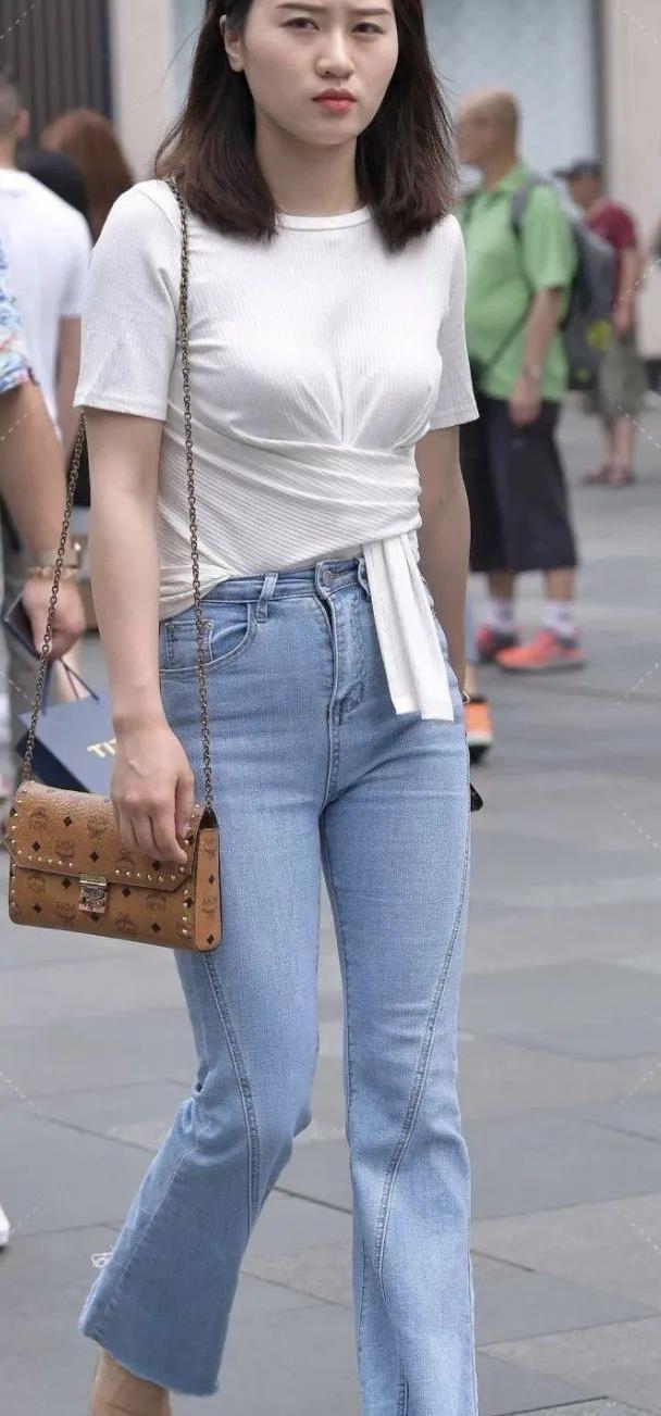 笑容甜美的小姐姐微喇牛仔裤,时尚感甩出来