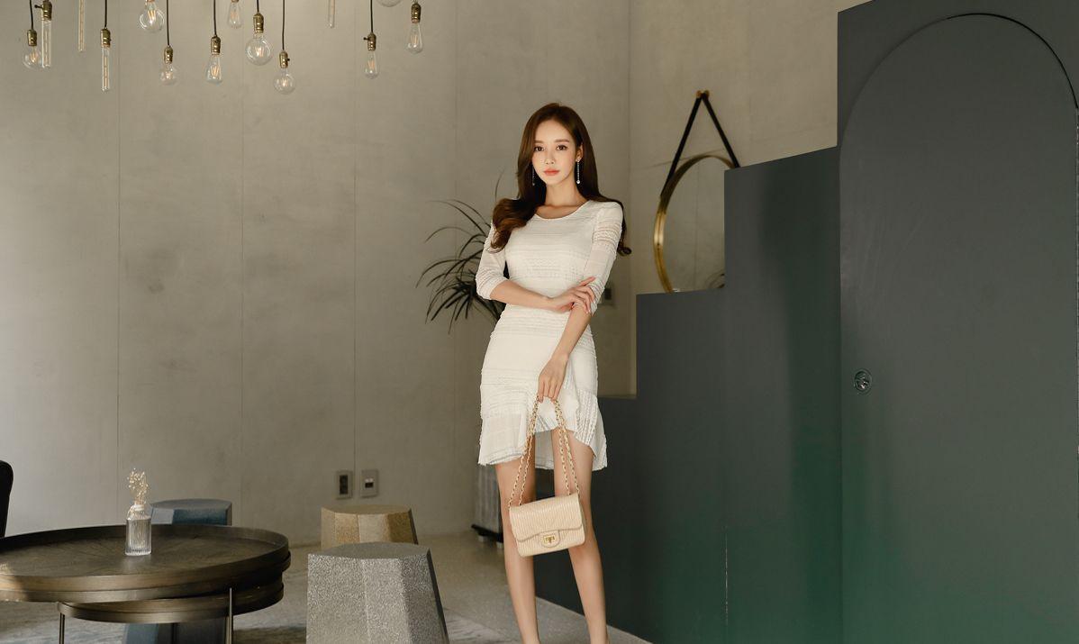 韩国模特孙允珠镂空象牙白褶皱修身连衣裙网拍