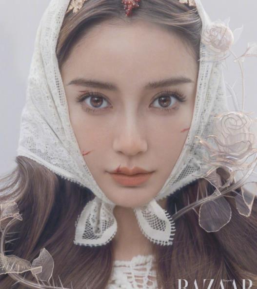 """杨颖的""""伤痕妆""""看着太诡异了,配白色蕾丝裙,看着像易碎瓷娃娃"""