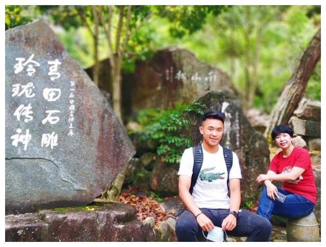 南通支云足球俱乐部球员王佳豪近日晒出自己与家人在一起的照片