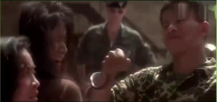 越南大兵如此对待女俘,竟然将蛇放进女孩衣服里!看了很压抑气愤