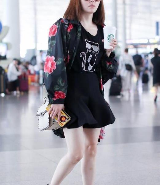 张靓颖剪了齐肩发,穿印花外套配半身裙走机场,素颜反而更时髦
