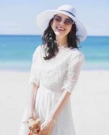 章子怡产后首复工!低扎马尾穿白裙依然美,41岁身材瘦成纸片人了