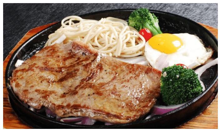 去餐厅吃牛排时,旁边的煎蛋不要吃?别再让服务员笑话了
