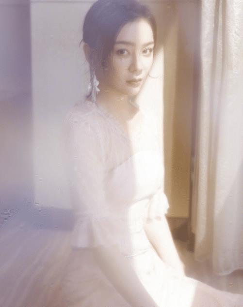 袁姗姗日常行为美的像画,质感妆容少不了,大气藏着高级美