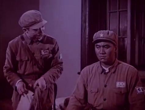 男子听着窗外的音乐声,烦躁的想要加班,去前线打战